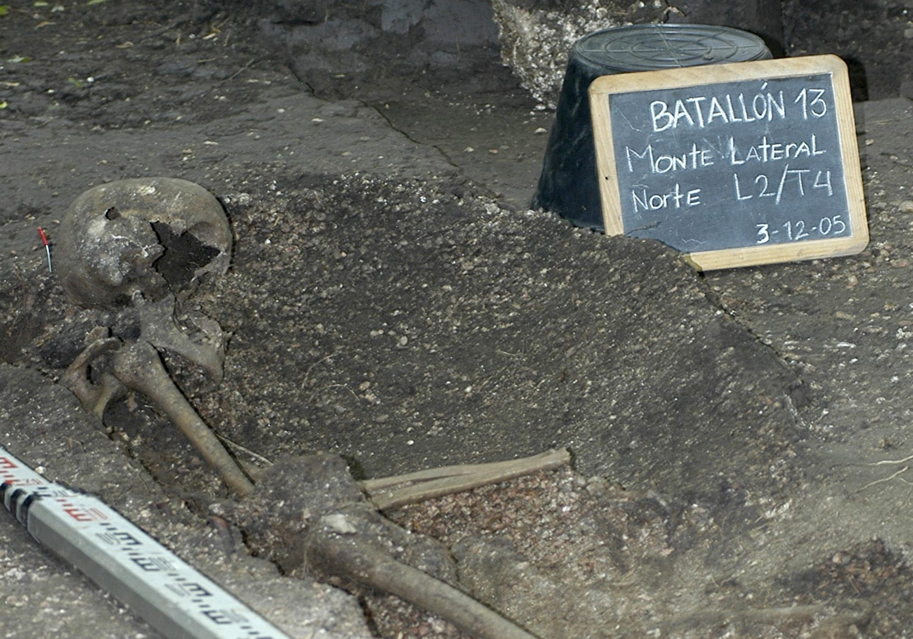 "A skeleton unearthed in 2005 at Battalion 13, Montevideo, Uruguay, by anthropologist José López Mazz, forensic anthropologist Horacio Solla and Dr. Guido Berro. Source: <a href=""http://archivo.presidencia.gub.uy/_web/fotos/2005/12/2005120301.htm"" target=""_BLANK"" rel=""noopener noreferrer"">presidencia.gub.uy</a>"