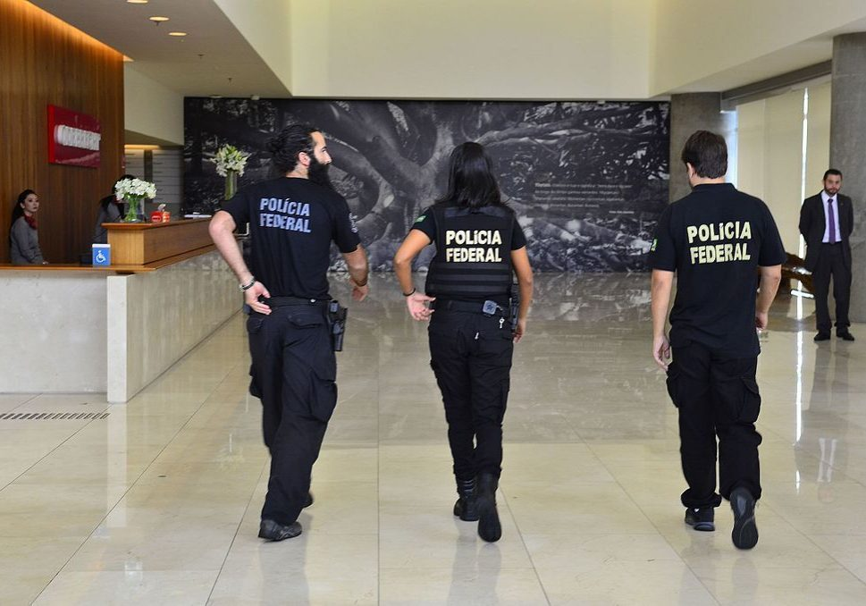 Federal police in the Odebrecht corporation's headquarters during a Lava Jato sting operation. Source: Agencia Brasil