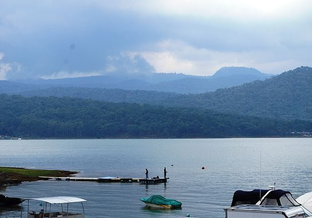 Lake and forested hills, Valle de Bravo. (Alejandro Linares Garcia/Wikimedia Commons)