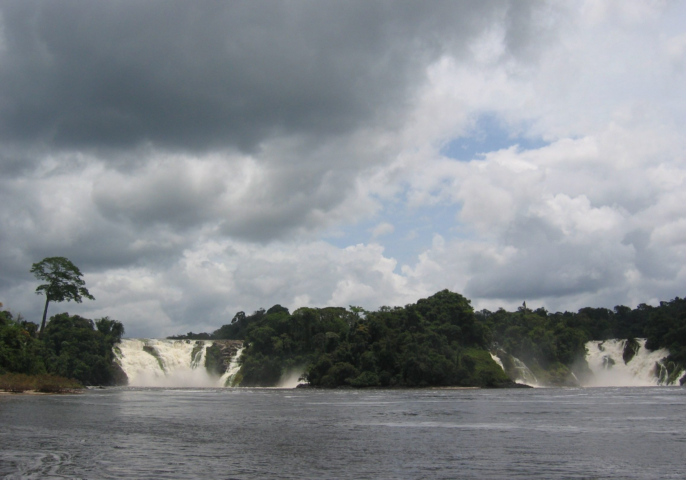 Caura River waterfalls. (Photo: Jaume Escofet/Creative Commons.)